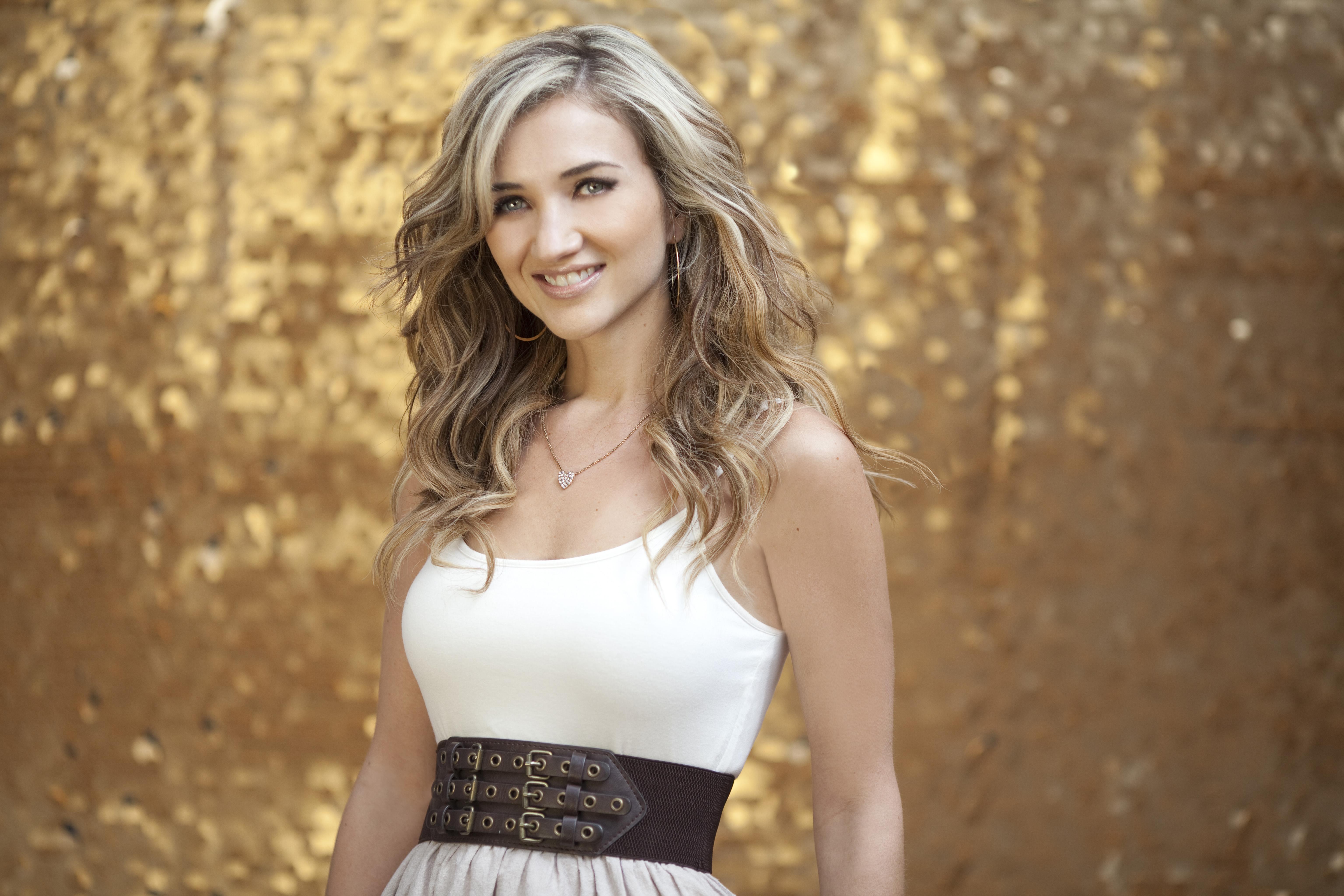 Sarah Darling impresses on music video for 'Little Umbrellas'