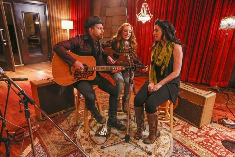 "Keifer and Shawna Thompson of Thompson Square rehearse with aspiring singer-songwriter Daisy Mallory, who was chosen to sing with the band as part of Luden's® ""Voices Worth Hearing"" campaign. (Photo: Business Wire)"